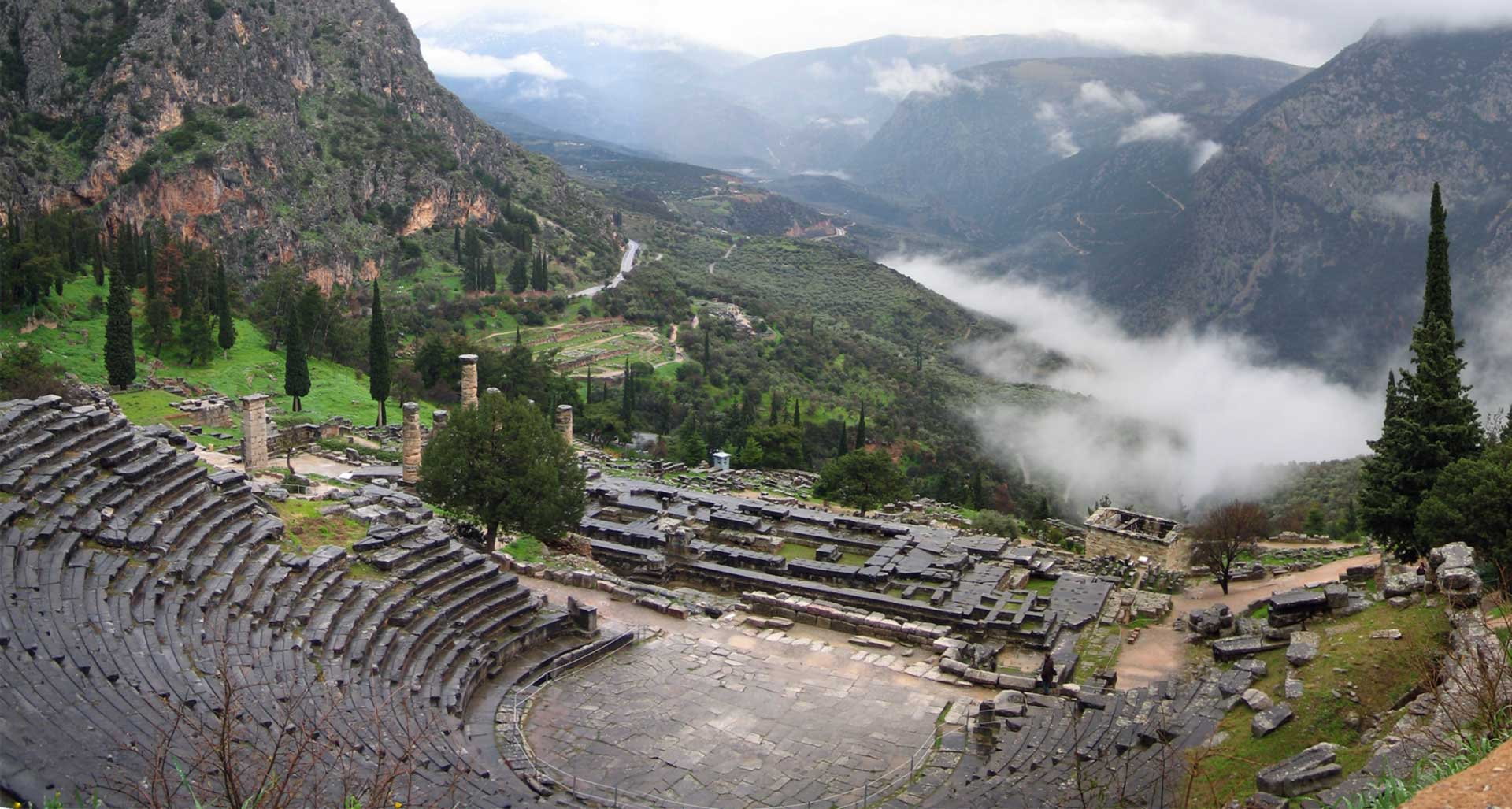 Discover the best places in Greece-Discover Mainland Greece_Temple_of_Apollo_Delphi